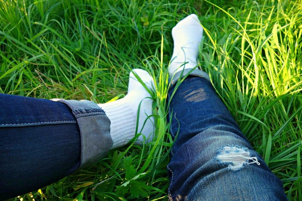 șosete albe în iarbă