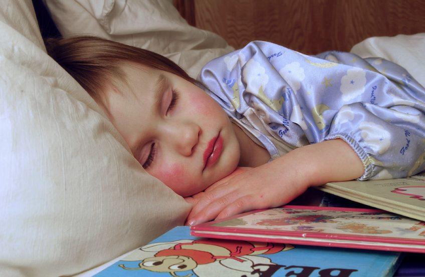 copil in pijamale