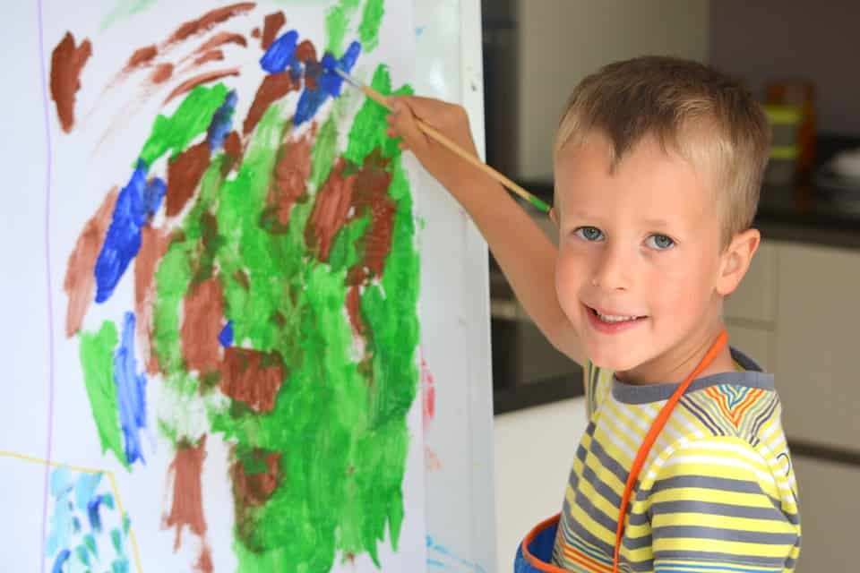Cum putem stimula creativitatea și imaginația copiilor