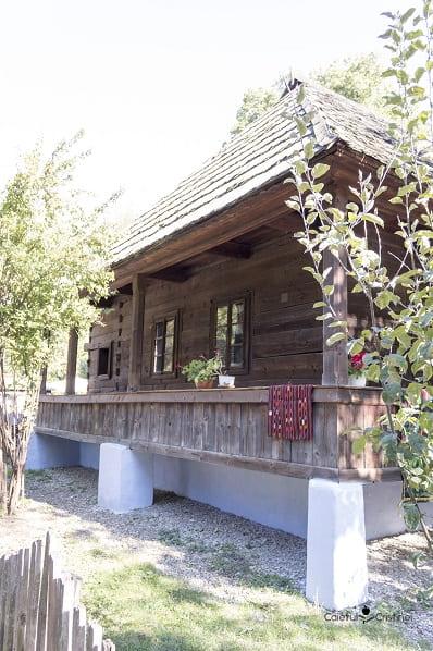 casa prispa de lemn muzeul satului