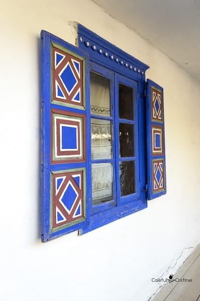 muzeul satului casa ferestre albastre