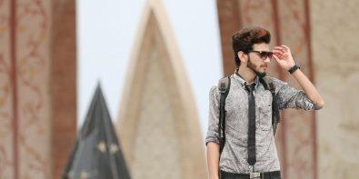 baiat tinuta cravată la blugi