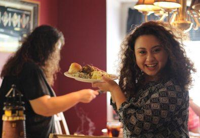 femeie care ia masa în oraș