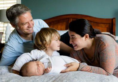 familie cu copii in dormitor
