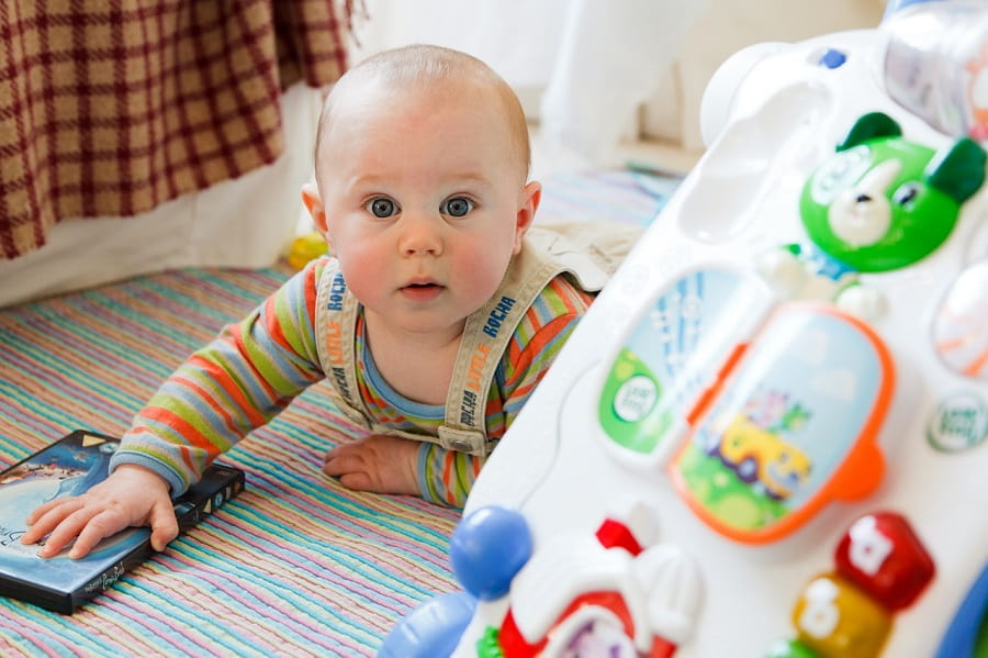 bebelus care se taraste
