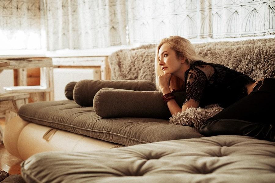Fată pe canapea