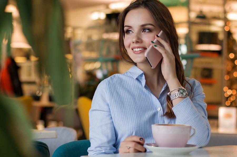fata vorbește la telefon