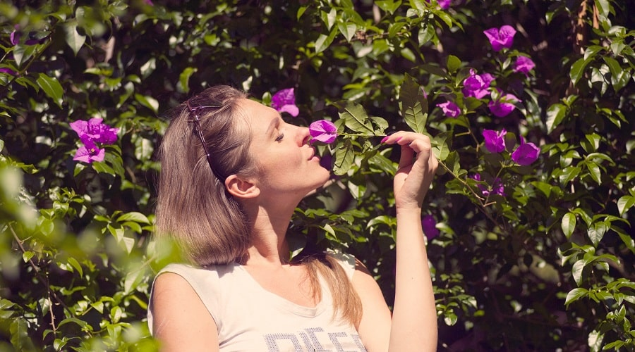 femeie miroase florile