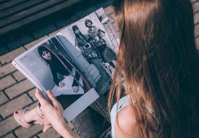femeie citind revista de moda