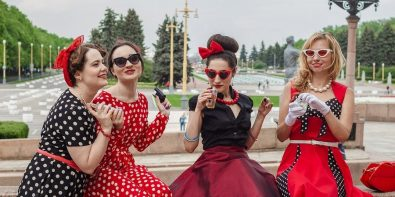 fete care testează parfumuri