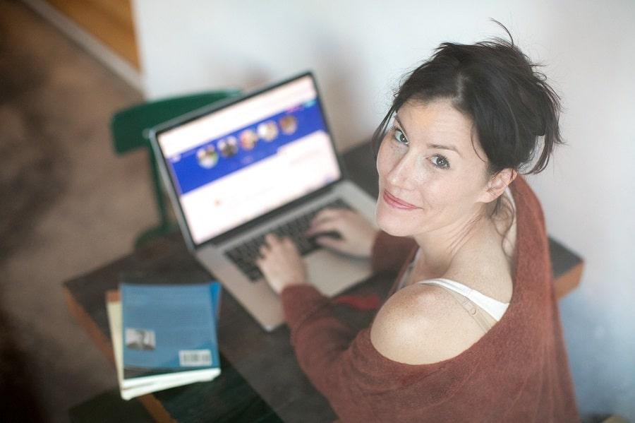 femeie care lucrează la laptop