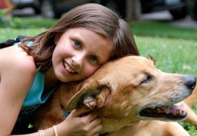 fata se joacă cu câinele