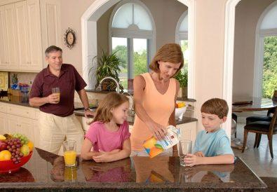 familie in bucatarie deschisa