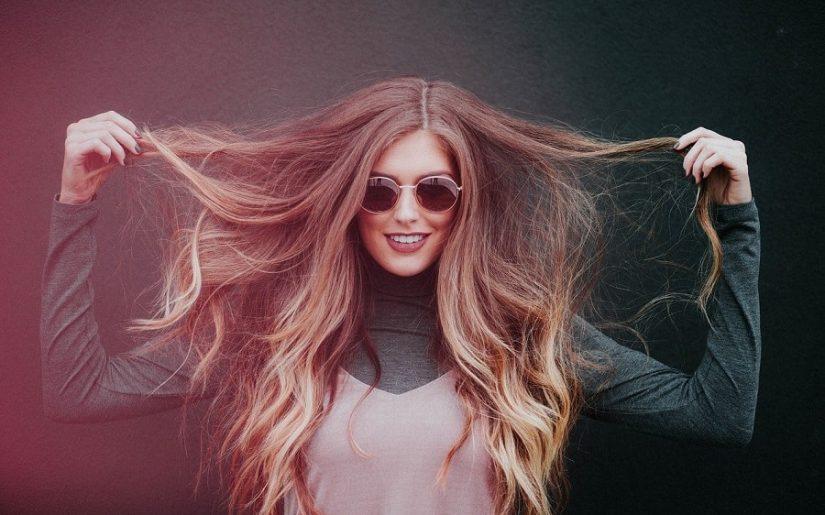 femeie cu păr lung