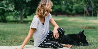 femeie la iarbă verde cu câinele
