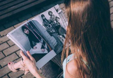 femeie citind revistă de modă