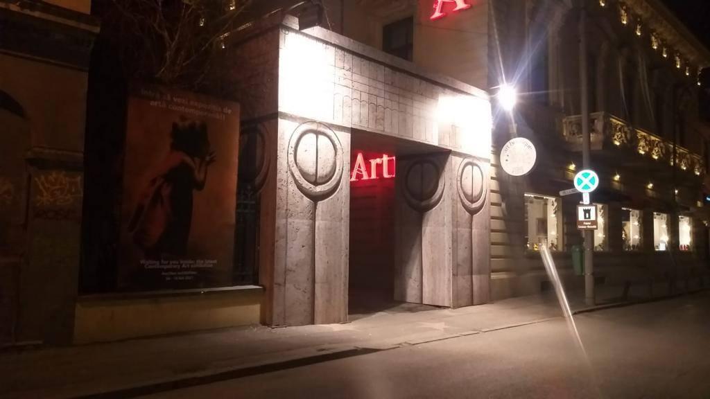 Artmark poarta redecorată sub formă de Poarta Sărutului