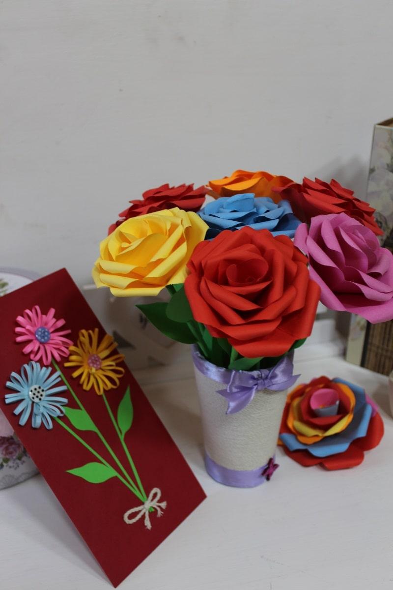 trandafiri hartie, vaza sfoara si felicitare hartie handmade